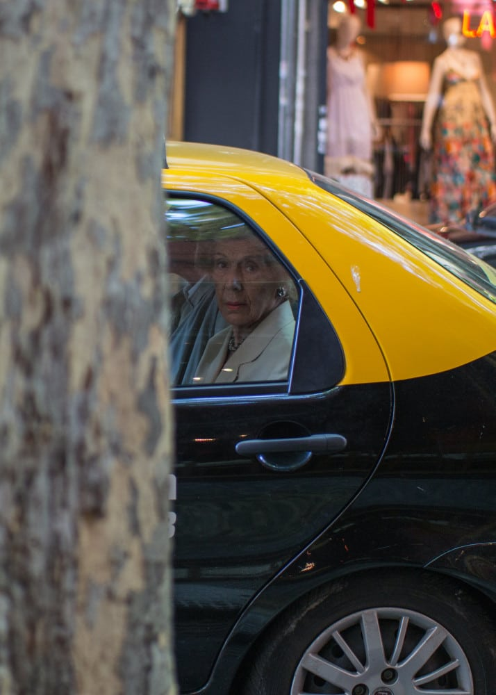 vrouw in taxi
